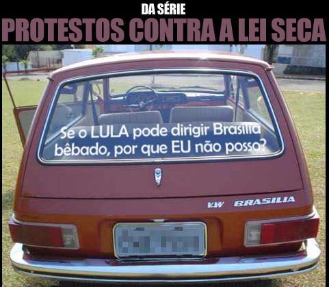 Carro Brasilia com dizer: Se o Lula pode dirigir Brasília bêbado, por que eu não posso?