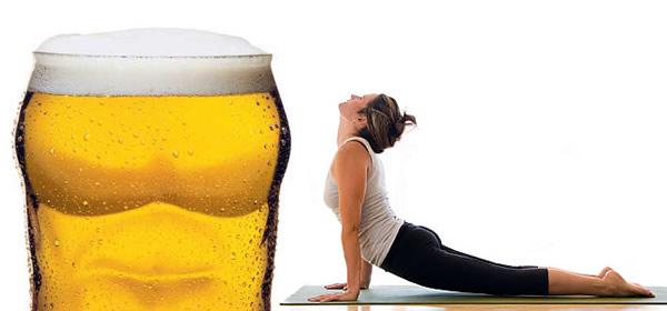 Corpo se alongando com um copo de cerveja na frente