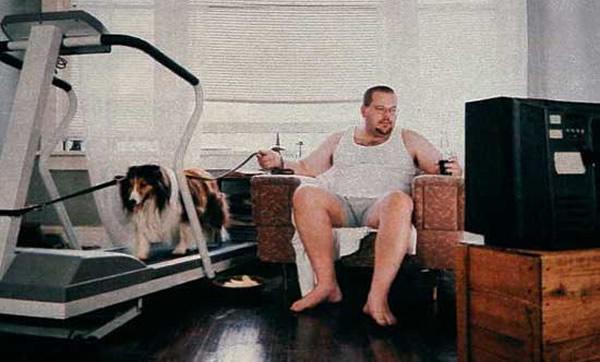 Gordo sentado colocando cachorro pra fazer exercício