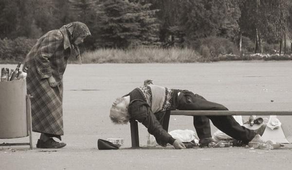 Velho caído e bêbado