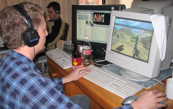 Garoto jogando Counter Strike