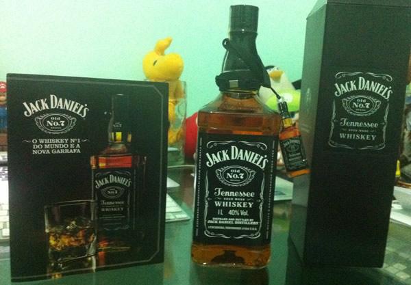 Garrafa e caixa de Jack Daniel's