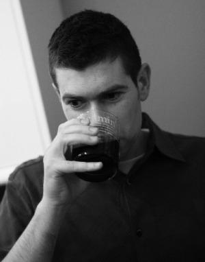 Homem com um copo bebendo