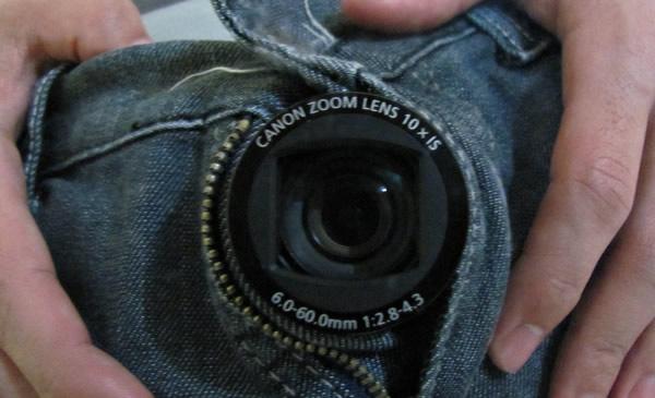 Máquina fotográfica dentro de uma calça