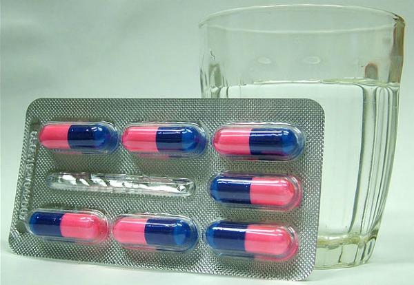 Pílulas e copo de cachaça