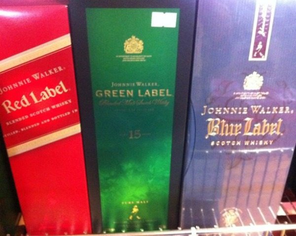 Garrafas de Red Label, Green Label e Blue Label mostrando o que é o sistema RGB
