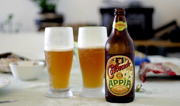 Garrafa e dois copos com a cerveja Appia