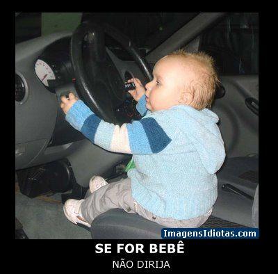 Bebê dirigindo um carro