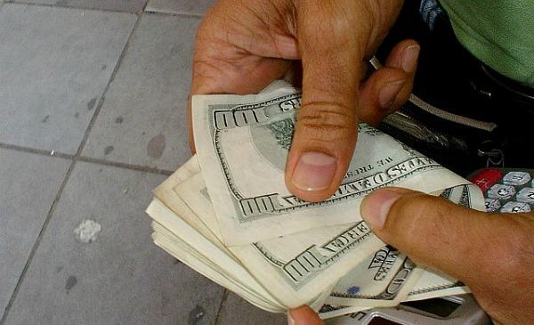 Cambista contando dinheiro