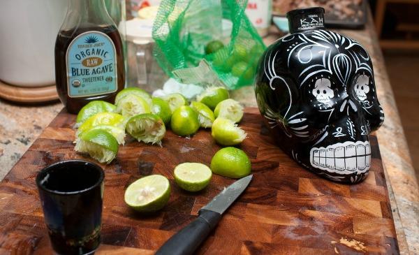 Tequila sendo preparada com uma caveira