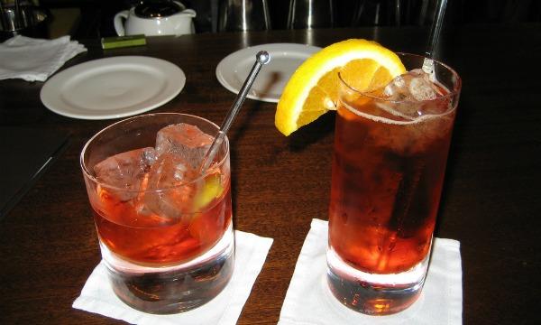 Dois copos com o drink Negroni