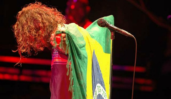 Eddie Vedder com a bandeira do Brasil