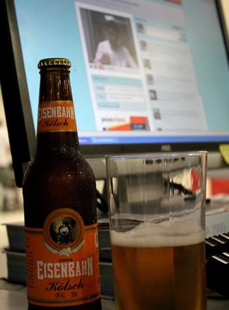 Garrafa da cerveja Eisenbahn e um Monitor