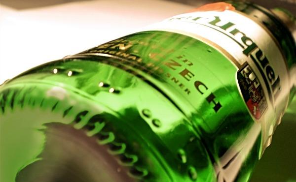 Garrafa da cerveja Pilsner Urquell deitada