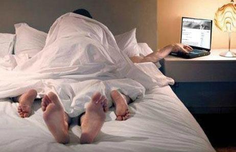Casal transando e homem com mão no laptop