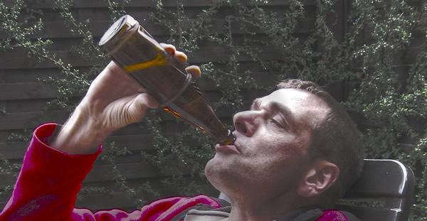 Bêbado bebendo cerveja