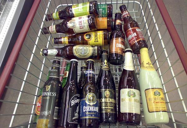 Carrinho de compras cheio de cervejas