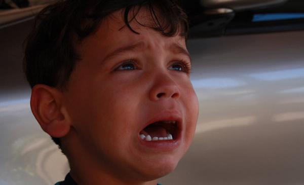 Criança chorando no avião