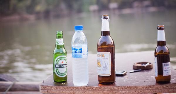 Garrafas de cerveja e água