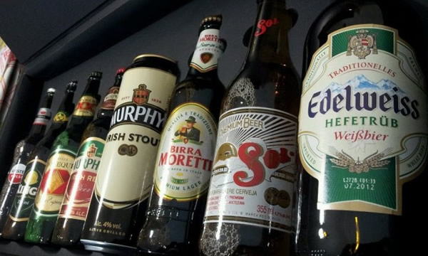 Garrafas na caixa da United Beers of the World