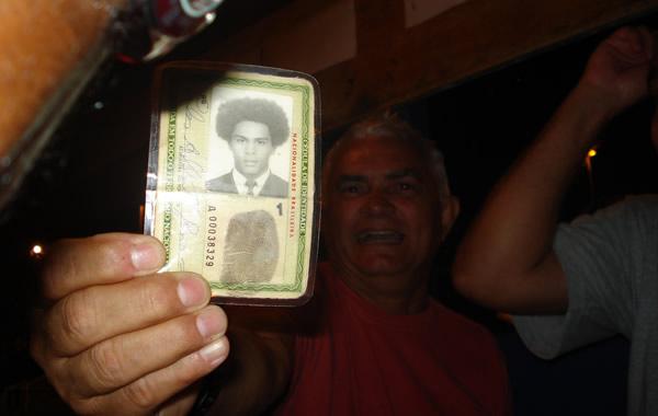 Velho mostrando a identidade