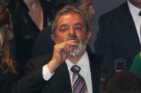 Presidente Lula bebendo cachaça