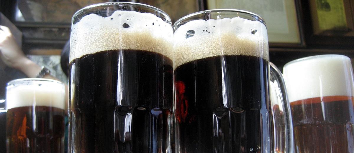 pints de cerveja escura