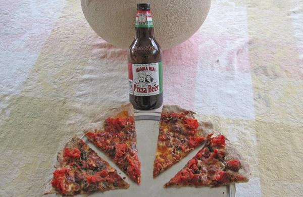 Fatias de pizza e a cerveja Pizza Beer