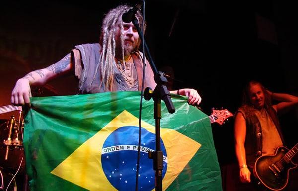 Banda Korpiklaani segurando bandeira do Brasil
