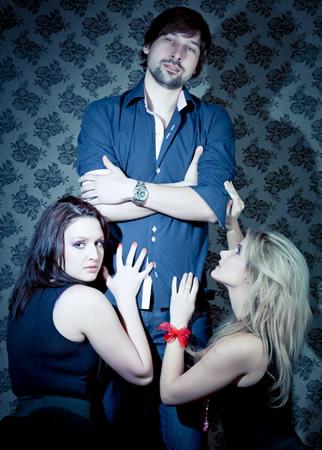 Um homem com duas namoradas