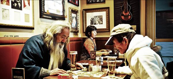 Japoneses olhando cerveja