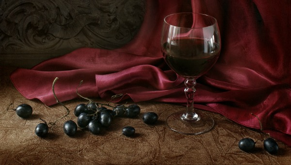 Taça de vinho com muitas uvas