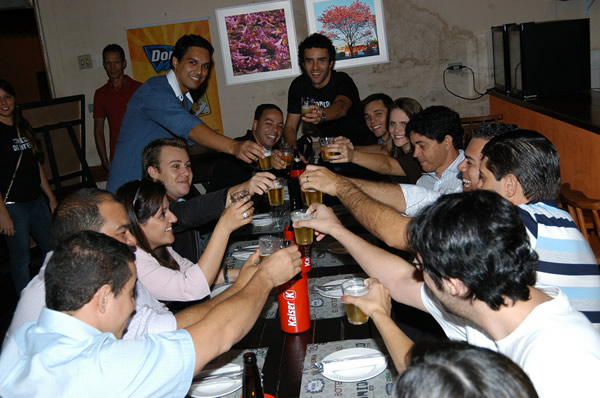Amigos brindando no Comida di Buteco