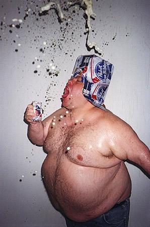 Homem gordo apertando lata de cerveja