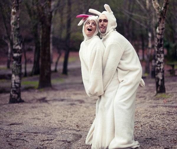 Casal vestido de coelho abraçados