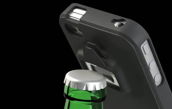 Case pra iPhone 4 abrindo garrafa
