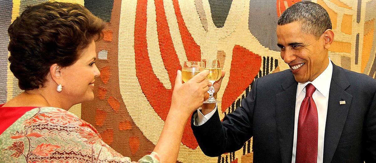 Dilma e Obama brindando com cachaça