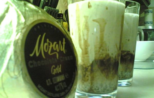 Garrafa e copos do licor Mozart Gold