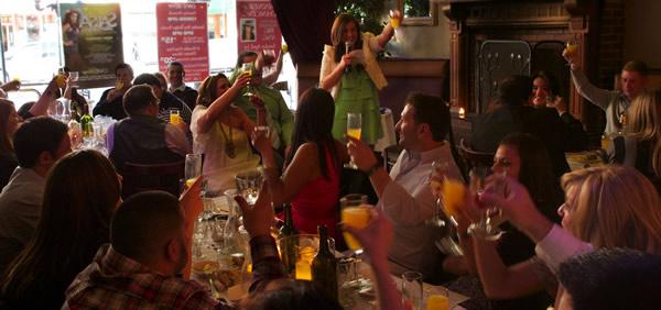 Mulheres brindando no bar