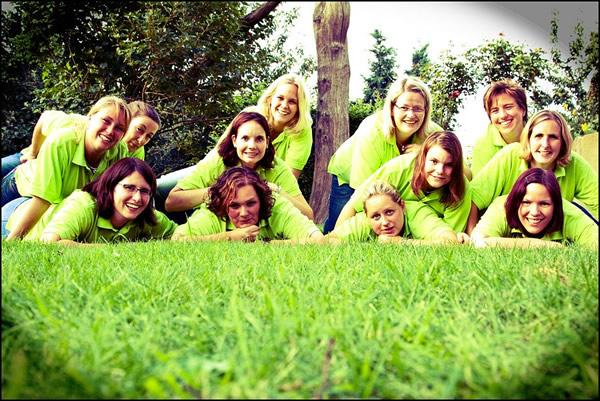 Mulheres reunidas num gramado do Stammtisch