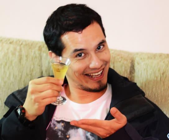 Rapaz segurando copo cachaça