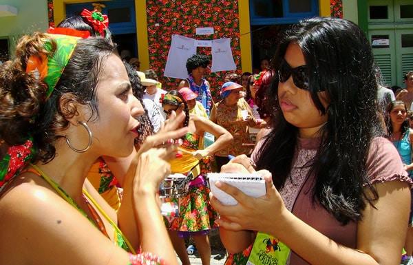 Repórter entrevistando folião no Carnaval de Olinda