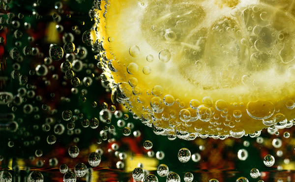 Borbulhas com limão num copo de Gin Tônica