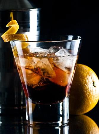 Copo com drink Negroni com laranja