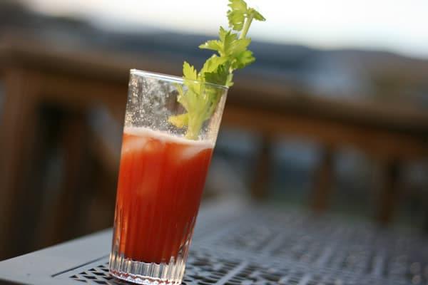 Drink Bloody Mary com uma folha dentro