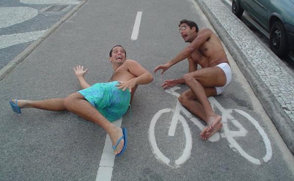 Dulcetti atropelando Iiuri com a bicicleta no asfalto