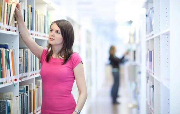Garota na biblioteca