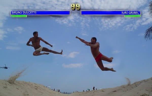 Dulcetti e Iuri dando voadoras estilo Mortal Kombat