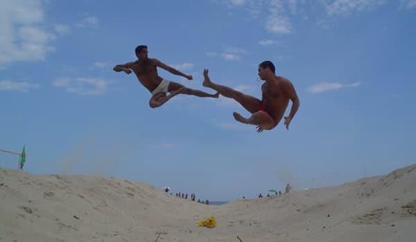 Dulcetti dando voadora no Iuri