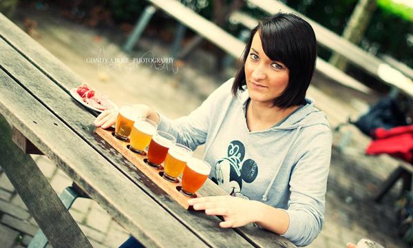 Mulher com taças de cerveja